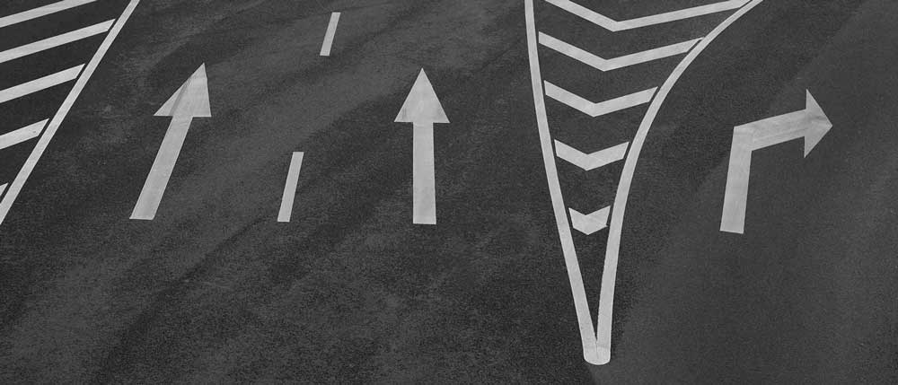 Белая разметка на дороге