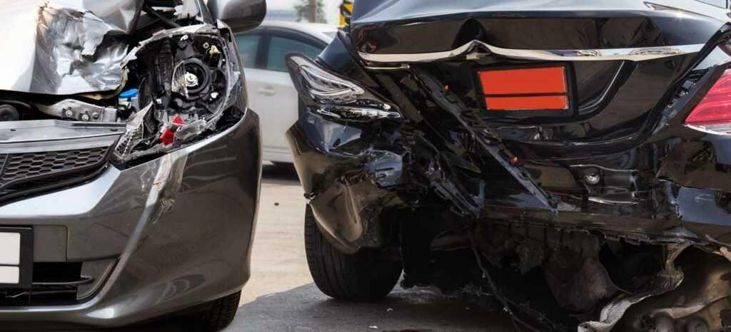 автомобиль сильно пострадал после аварии