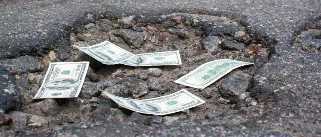 Что делать, если попал в яму на дороге